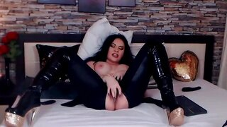 JessykaRabbit – Hot Babe In Latex Pleasures Herself